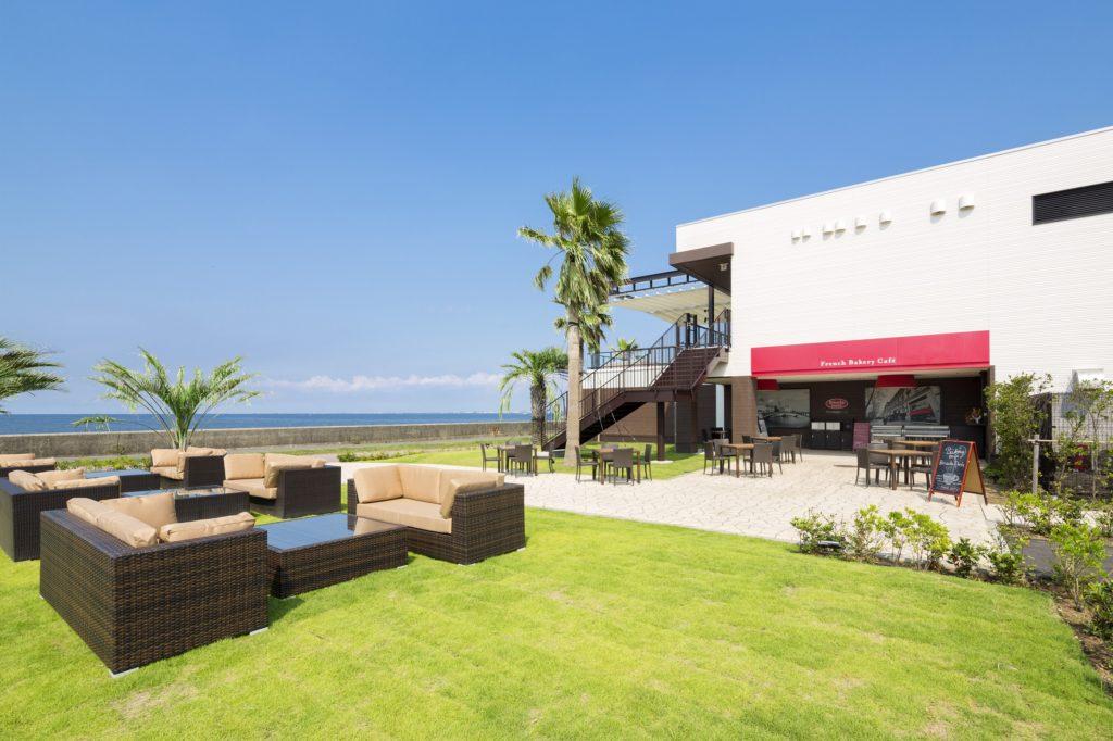 最高のロケーションに囲まれた海辺のレストランでとっておきの非日常を。